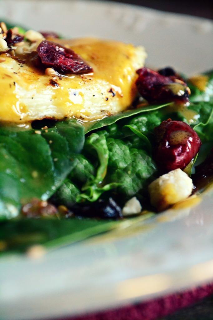 Σαλάτα με Ταλαγάνι Φρούτα και Ξηρούς Καρπούς