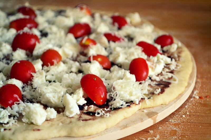 Συνταγή για πίτσα με φέτα, ντοματίνια, πατέ ελιάς