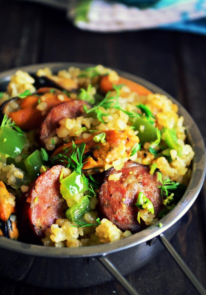 Σαλάτα με Πλιγούρι, λουκάνικο, μύδια