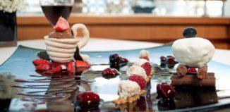 Μπάρες-Τζιαντούγιας-με-Παγωμένη-Κρέμα-Γιαουρτιού-και-Πάβλοβα-με-Σάλτσα-από-Κόκκινα-Φρούτα