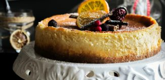 Cheesecake με Ξινό Τυρί Ίου και Μαρμελάδα από Κόκκινα Φρούτα