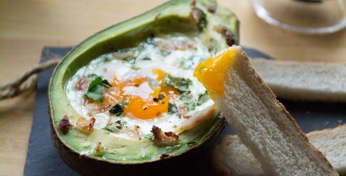 Ψητό Αβοκάντο με Ολόκληρο Αυγό και Μυρωδικά
