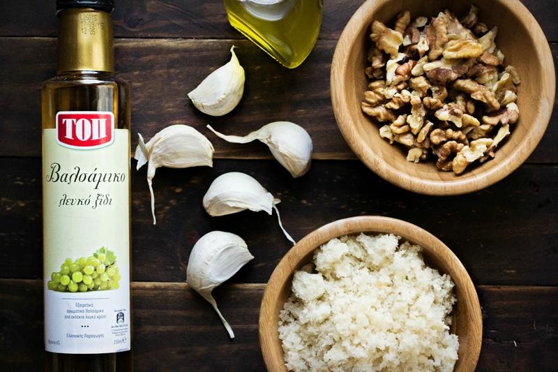 Συνταγή για Σκορδαλιά με Ψωμί και Καρύδι