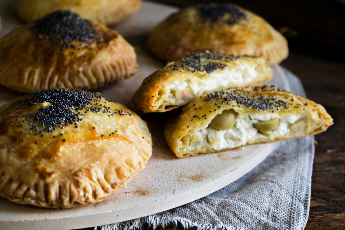 Τυρόπιτες με Τυρί Κρέμα και Πράσινες Ελιές