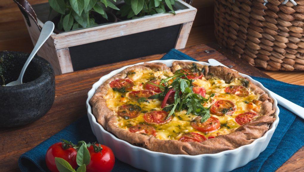 Ανοιχτή πίτα με κοτόπουλο, μοτσαρέλα και πέστο