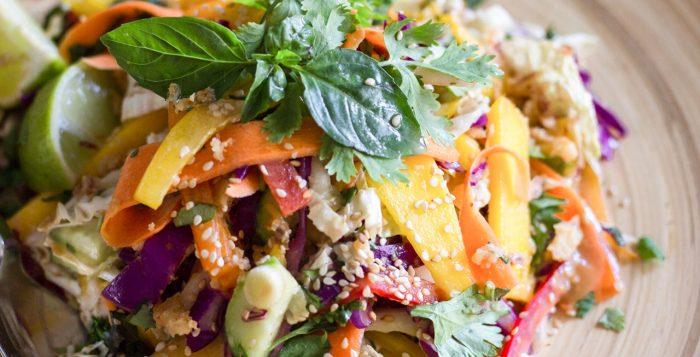 Σαλάτα με Μάνγκο, Τσίλι και Φυστικοβούτυρο