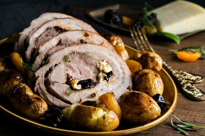 Γεμιστό χοιρινό με Ωριμασμένη Γραβιέρα, πατάτες και ξερά φρούτα