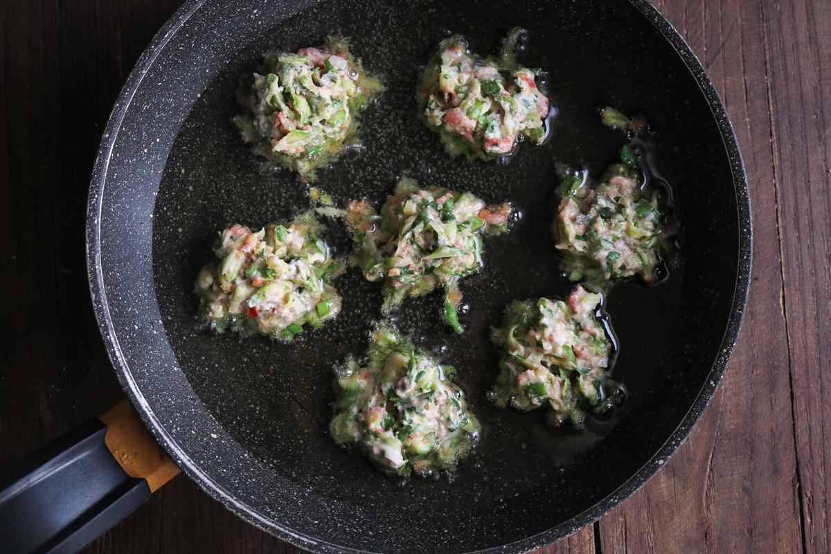 Κολοκυθοκεφτέδες με Σάλτσα από Ταχίνι και Λιαστή Ντομάτα