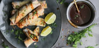 Spring Rolls σε Φύλλο Καλαμποκιού και Σπιτική Πικάντικη Σάλτσα