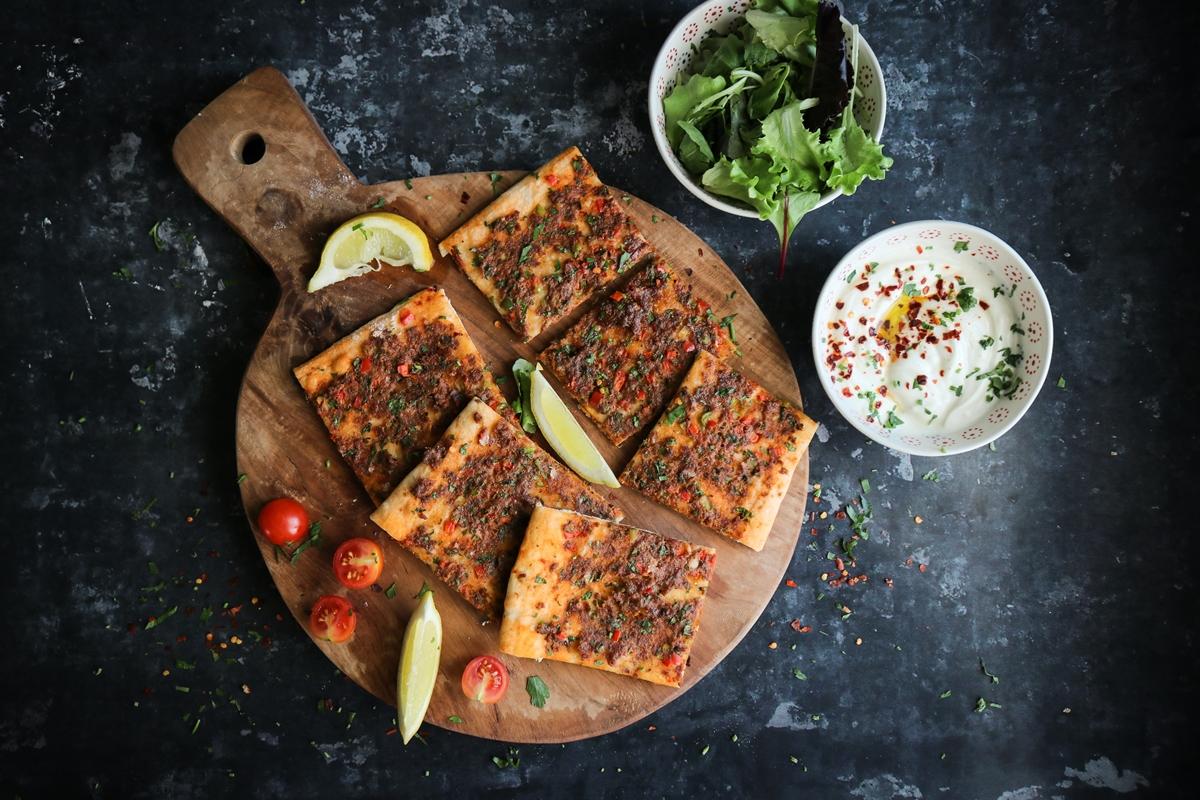 Ανατολίτικες Συνταγές-Λαχματζούν-Γιαούρτι-Σαλάτα