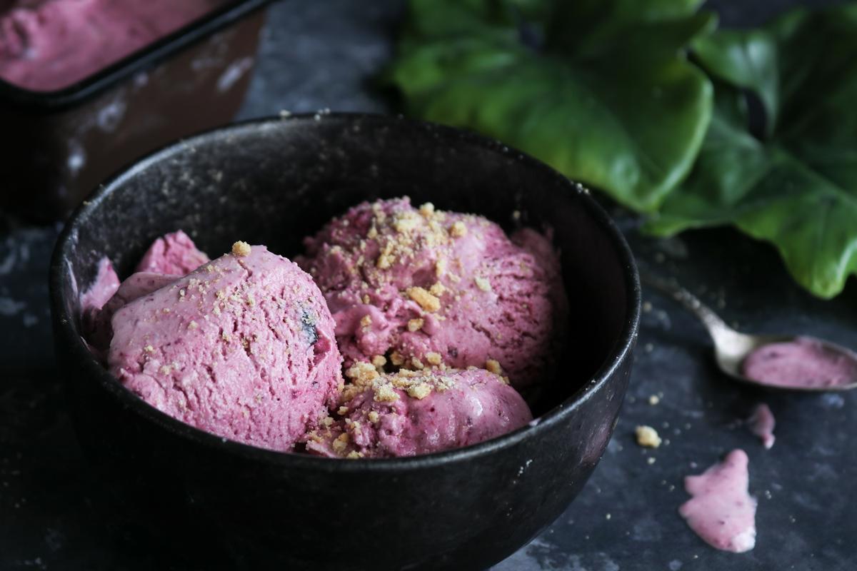 Παγωτό με Καρύδα, Τυρί Κρέμα και Ψημένα Κεράσια