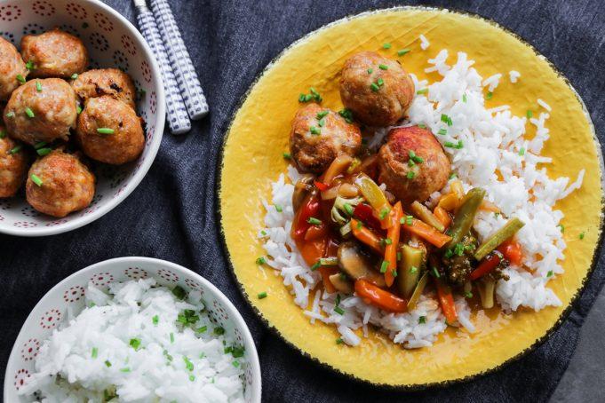 Κεφτεδάκια Κοτόπουλο Φούρνου με Γλυκόξινα Λαχανικά και Ρύζι Μπασμάτι