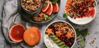 Breakfast Bowl με Γιαούρτι, Φρούτα και Σπιτική Granola με Ελαιόλαδο
