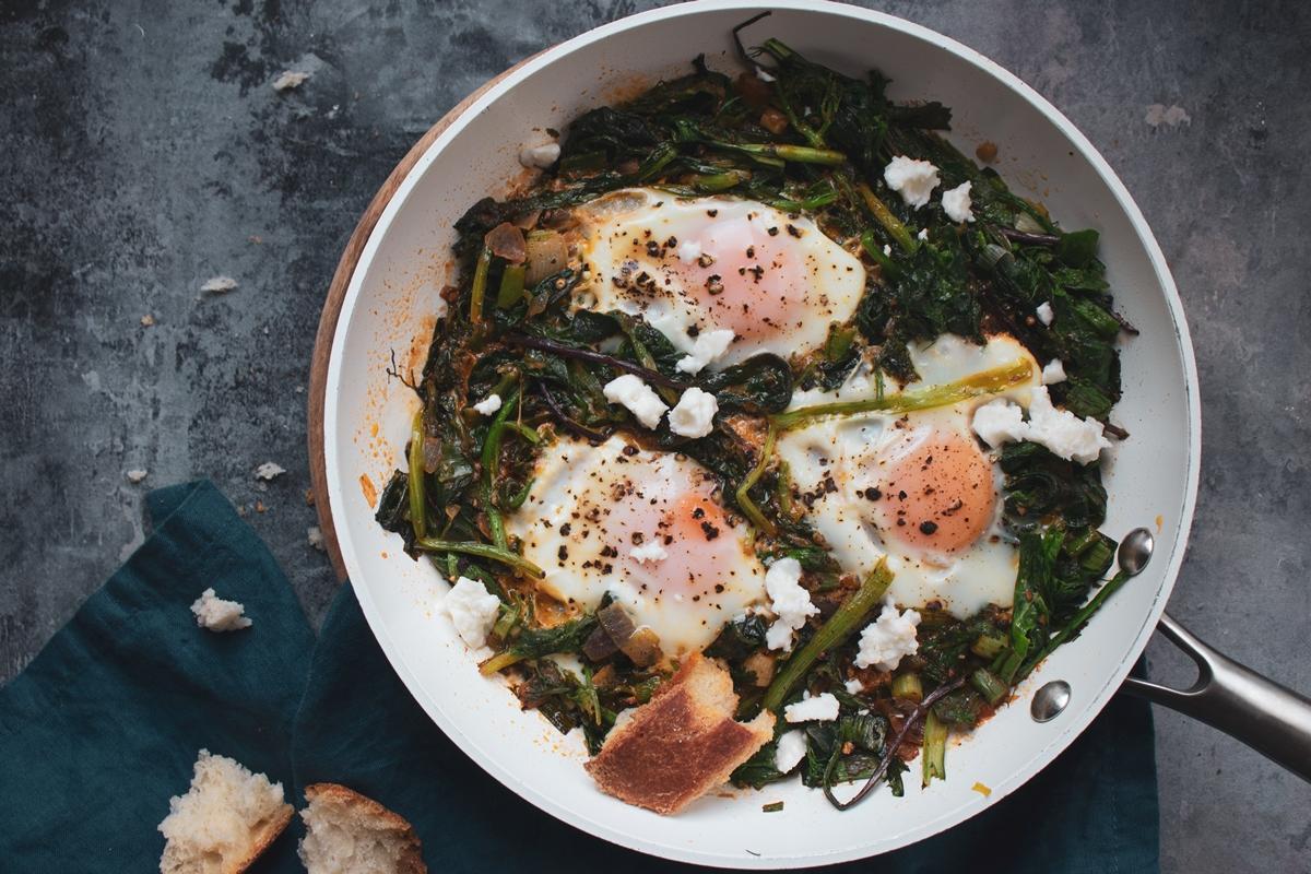 Χόρτα Τσιγαριαστά με Αυγά και Φέτα