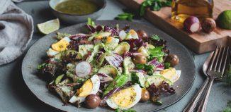 Σαλάτα με Μαρούλια, Αυγά, Ελιές και Μυρωδικά
