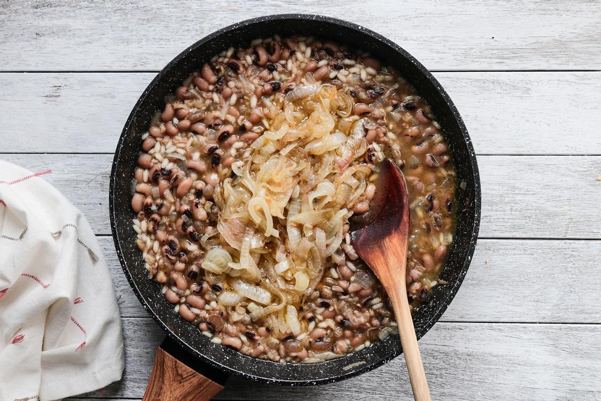 Φασόλια Μαυρομάτικα με Ρύζι και Καραμελωμένο Κρεμμύδι