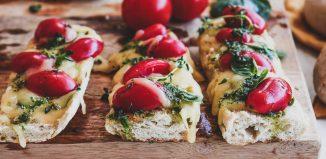 Μπρουσκέτες με σπιτική μπαγκέτα, ντοματίνια, gouda και αρωματικό λάδι