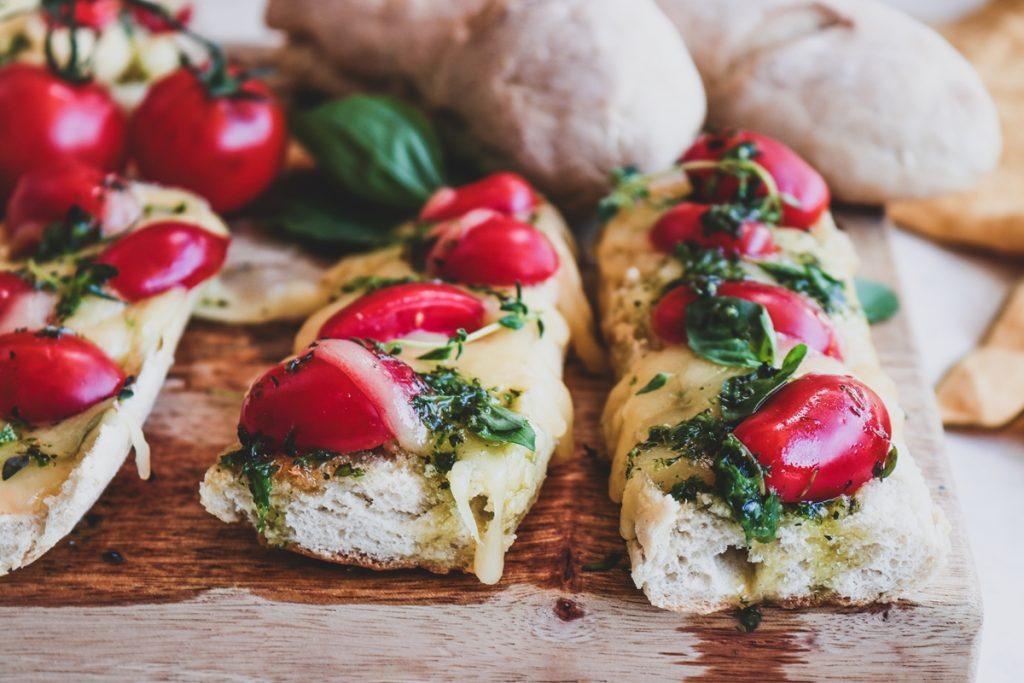 Συνταγές για καλοκαιρινούς μεζέδες με ντοματίνια