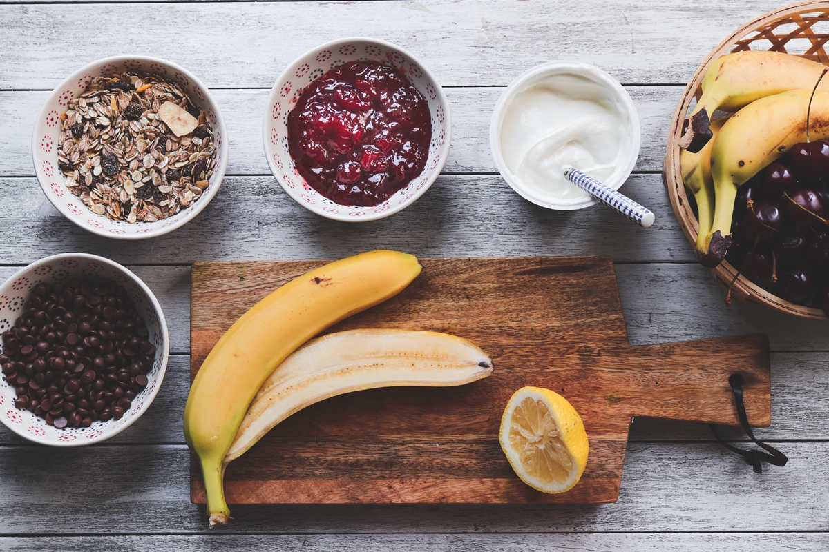 Μπανάνα split με γιαούρτι και δημητριακά