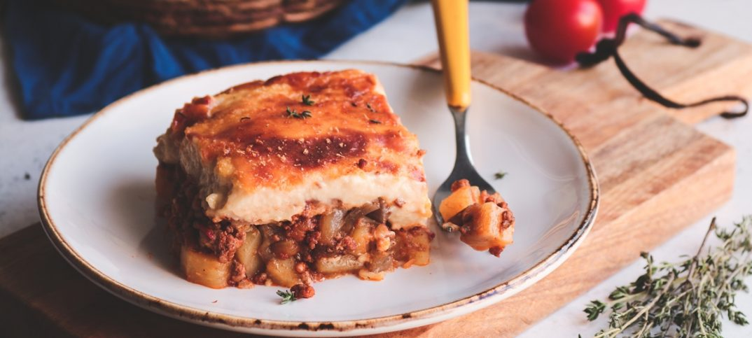 Εύκολος μουσακάς με μελιτζάνες, πατάτες και μπεσαμέλ