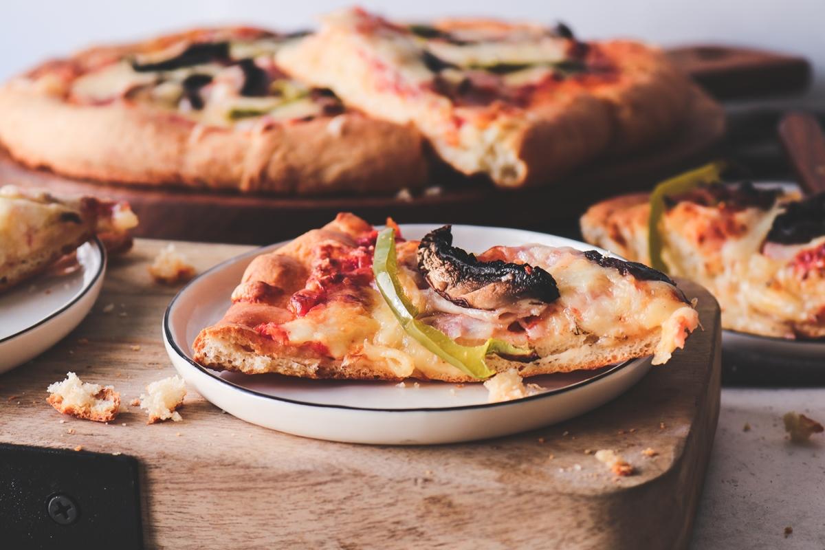 Εύκολη πίτσα (αφράτη ζύμη με ελαιόλαδο και γάλα)