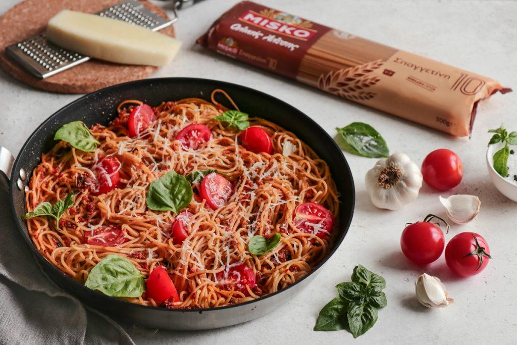 Σπαγγέτι ολικής άλεσης συνταγες_Spaghetti olikis alesis sintages με πέστο από λιαστές ντομάτες και μαύρες σταφίδες