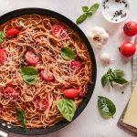 Σπαγγετίνι με λιαστή ντομάτα, πεκορίνο και βασιλικό