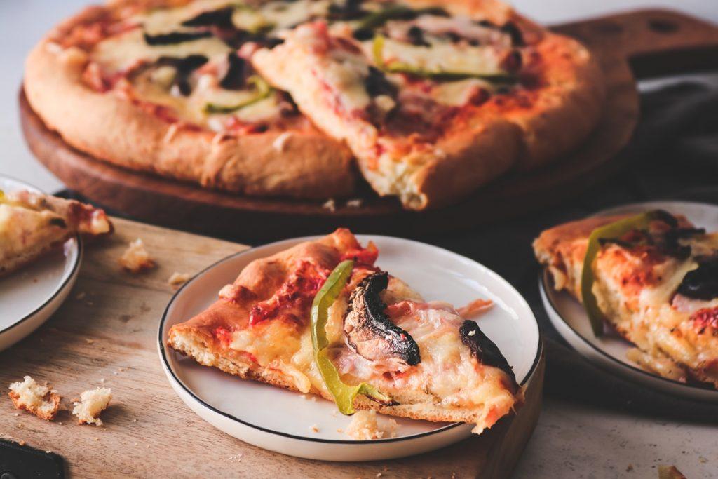 Σπιτική Πίτσα με μανιτάρια και γραβιέρα