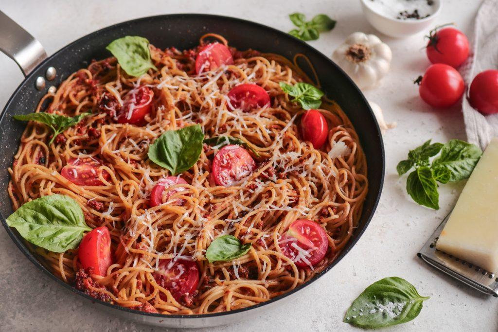 Συνταγές για ζυμαρικά ολικής άλεσης  με λιαστές ντομάτες και μαύρες σταφίδες
