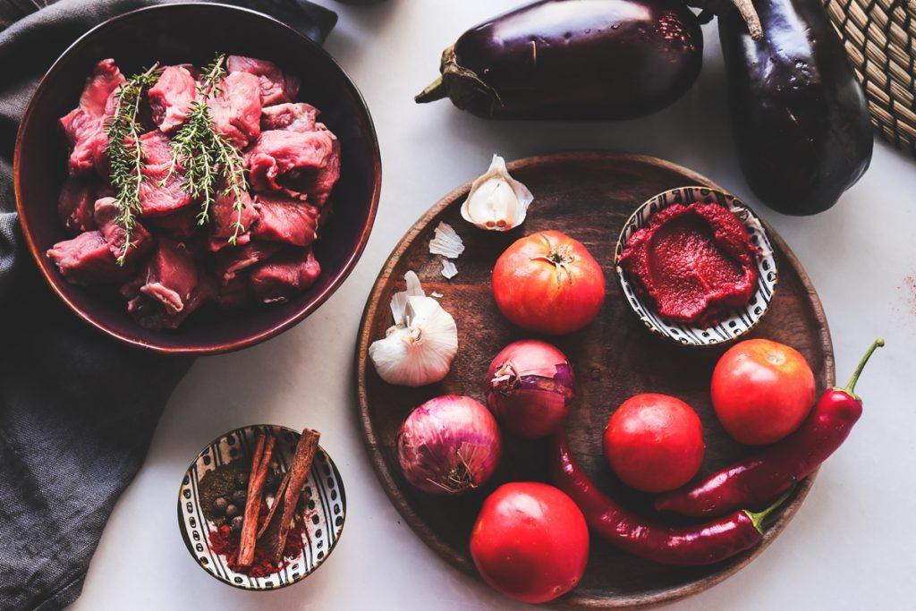 Συνταγή για κοκκινιστό με μελιτζάνες και μπαχαρικά