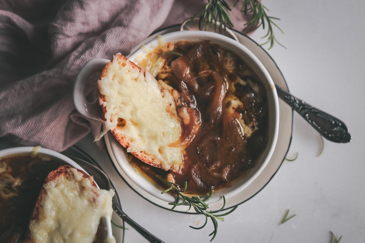 Γαλλική Κρεμμυδόσουπα Συνταγή με σφένδαμο και  κασέρι Σοχού