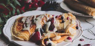 Κρέπες με κρέμα από γιαούρτι, λευκή σοκολάτα και φρούτα