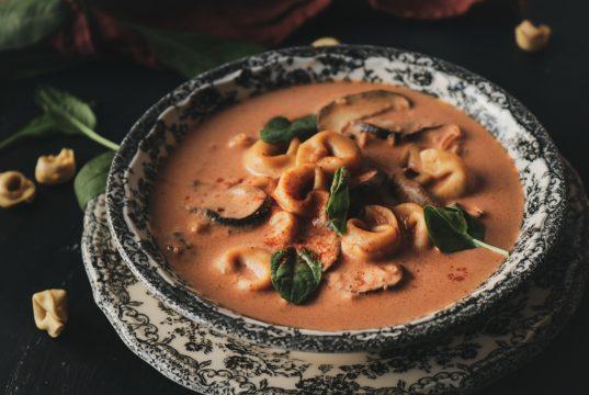 Πικάντικη σούπα με τορτελίνι, μασκαρπόνε, μανιτάρια και σπανάκι