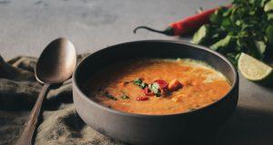 Σούπα κάρυ με κόκκινες φακές και γλυκοπατάτες