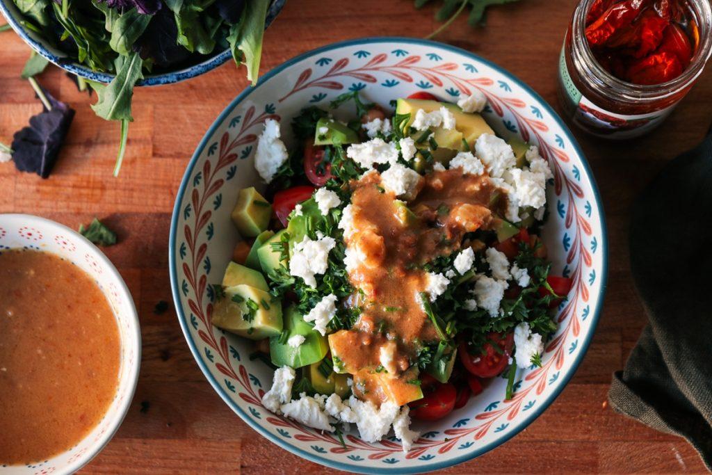 Συνταγές για Αποκριες σαλάτα με αβοκάντο και λιαστή ντομάτα