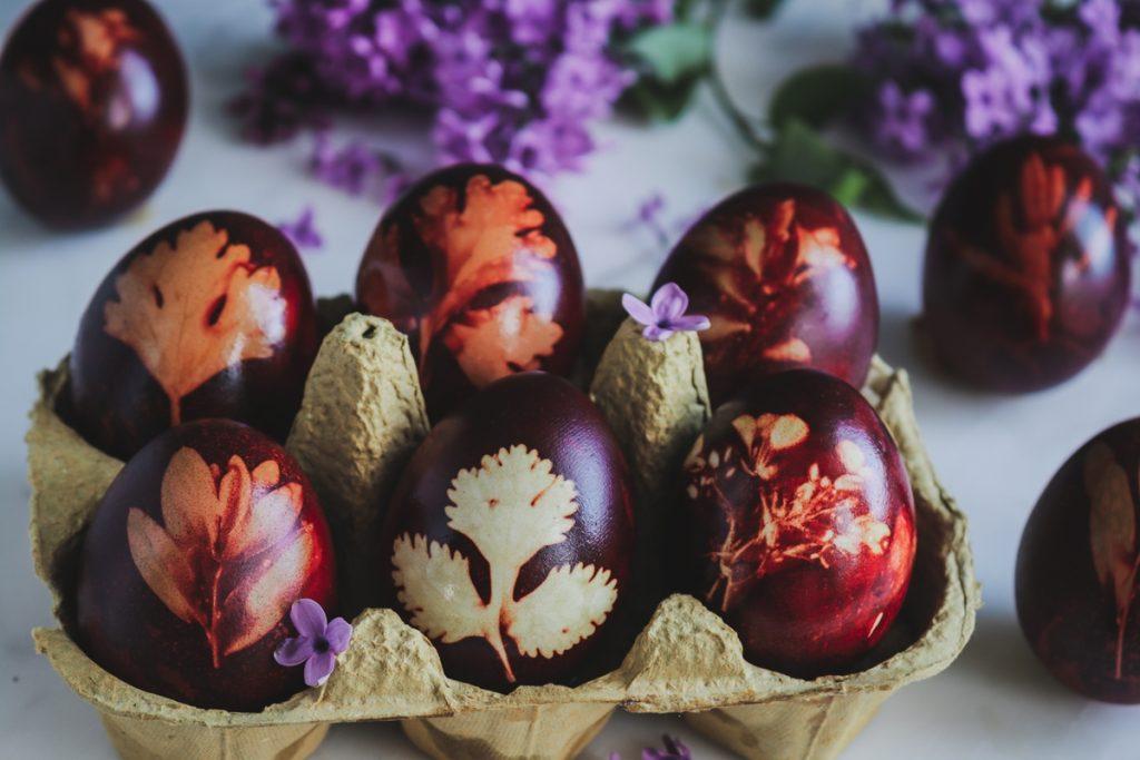 Αυγά βάψιμο με κρεμμυδόφυλλα
