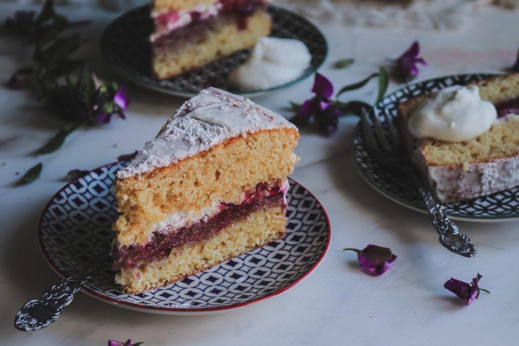 Γεμιστό κέικ με μαρμελάδα φράουλα και σαντιγί συνταγή