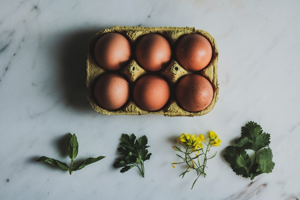 Πασχαλινά αυγά βαμμένα με φύλλα από κρεμμύδια_κρεμμυδόφυλλα