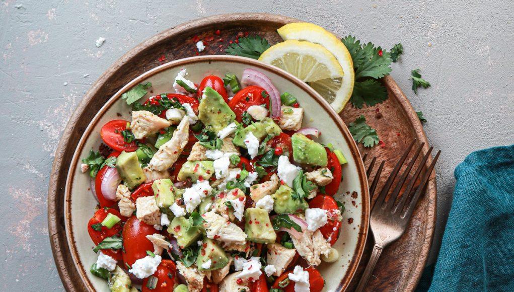σαλάτα-με-ψητό-κοτόπουλο-φέτα-αβοκάντο-και-ντοματίνια