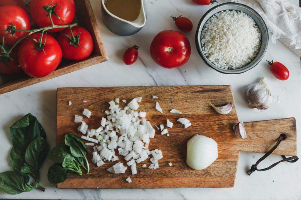Ντομάτες, κρεμμύδι και ρύζι για ριζότο