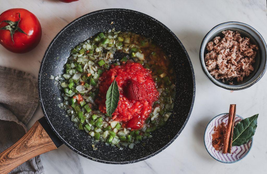 Συνταγή για  σάλτσα τόνου με ντομάτα
