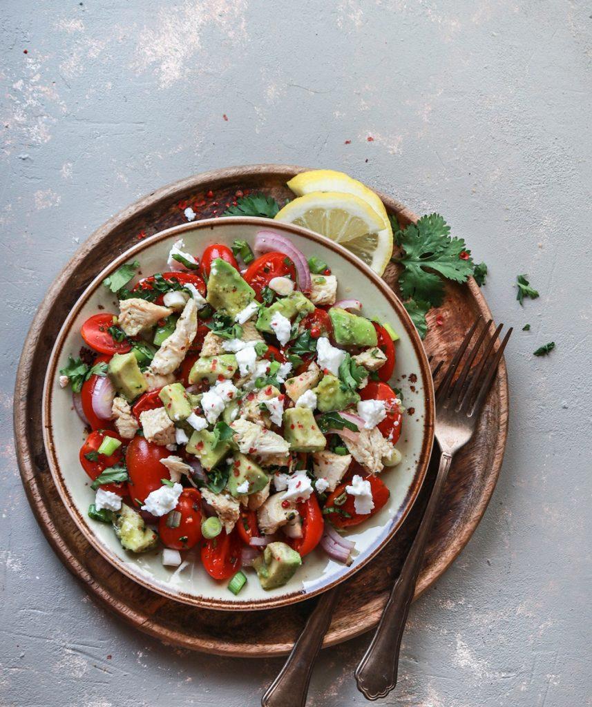Συνταγές με κοτόπουλο, αβοκάντο, φέτα και ντοματίνια σε σαλάτα
