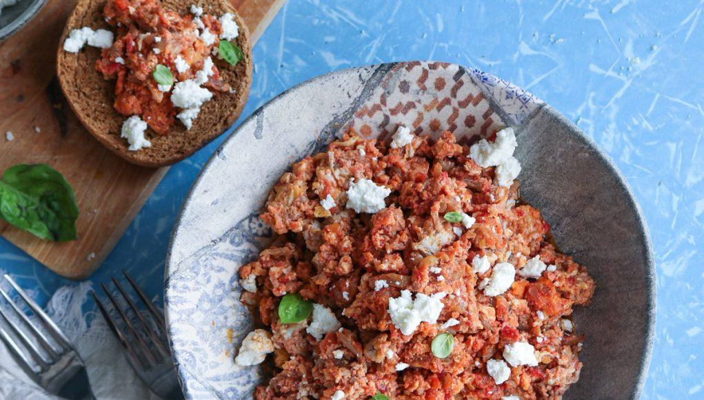 Κοσκοσέλα, νησιώτικη στραπατσάδα με λευκές μελιτζάνες από τη Σαντορίνη