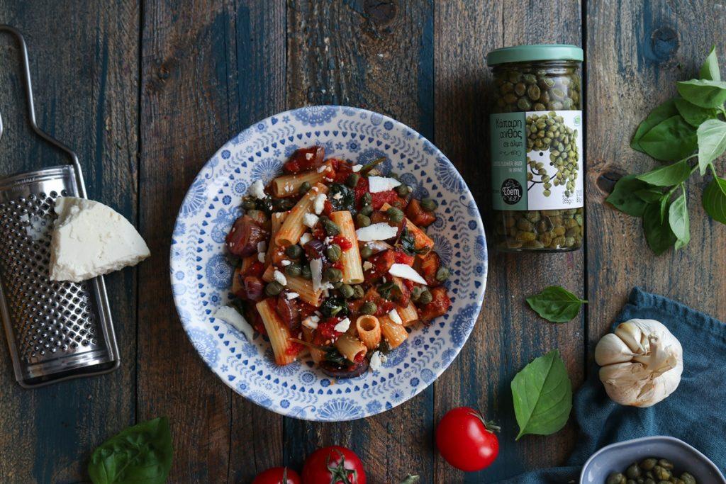 Πάστα αλά Νόρμα με μελιτζάνες, κάπαρη και σάλτσα ντομάτας