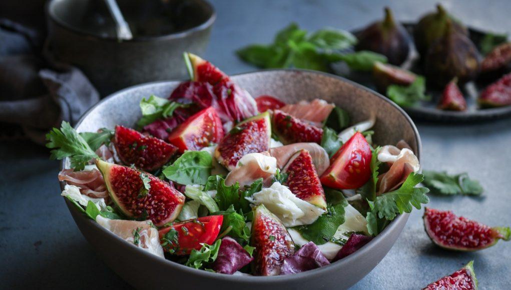 Πράσινη σαλάτα με σύκα, μοτσαρέλα και dressing πετιμέζι