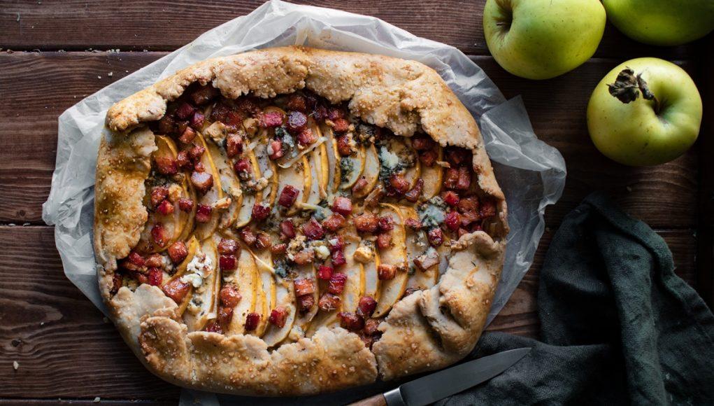 Αλμυρή τάρτα με μήλα, μπέικον και πεκορίνο