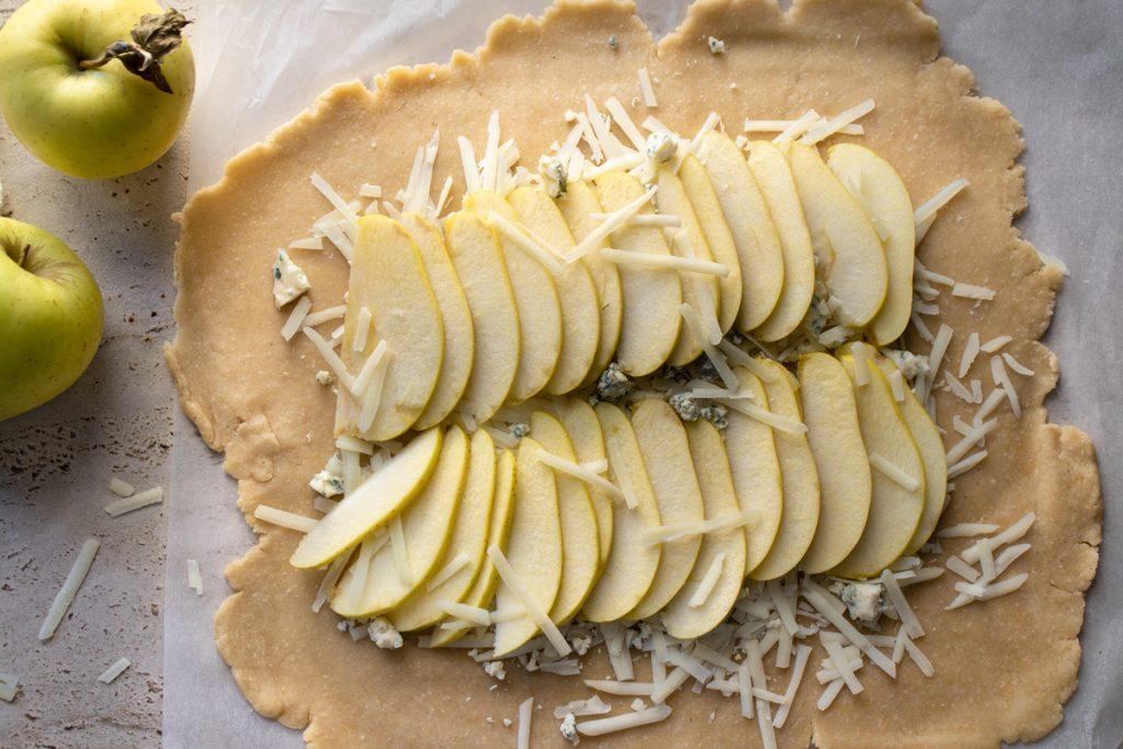 Αλμυρή τάρτα με μήλα πεκορίνο μπλε τυρί