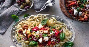 Λαζάνια με πικάντικο κοτόπουλο, ελιές & φέτα