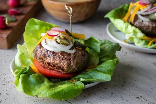 Burger σε φύλλα γαλλικής σαλάτας και cheddar sauce