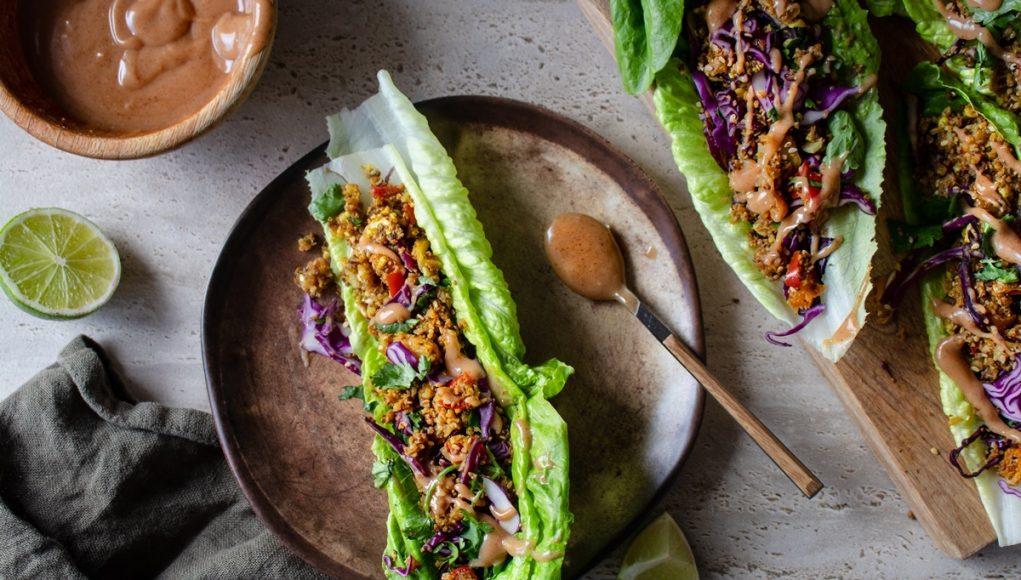 Wraps σε μαρούλι με κουνουπίδι και σάλτσα φυστικοβούτυρο